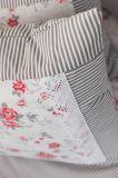 Poťah prešívaný so vzorem šedého drobného průžku a červené růža