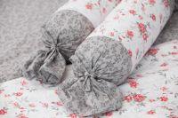 Obliečky obojstranné sedliackeho štýlu so vzorom šedých kvietkov a červených ružičiek