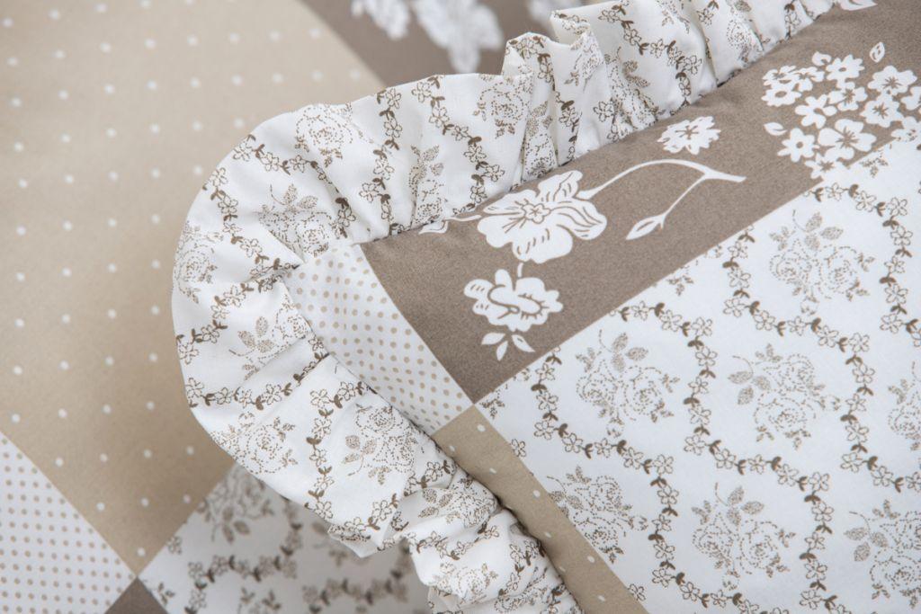 Povlak s volánom so vzorom patchworku a ornamentu béžovej farby