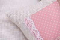 Povlak s volánom so vzorom patchworku ružovej farby a bodiek béžových