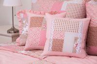 Povlak s volánom so vzorom patchworku ružovej farby