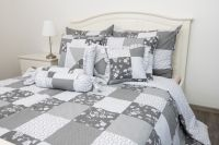 Posteľné prádlo so vzorom patchworku a kombináciu ornamenu šedej farby